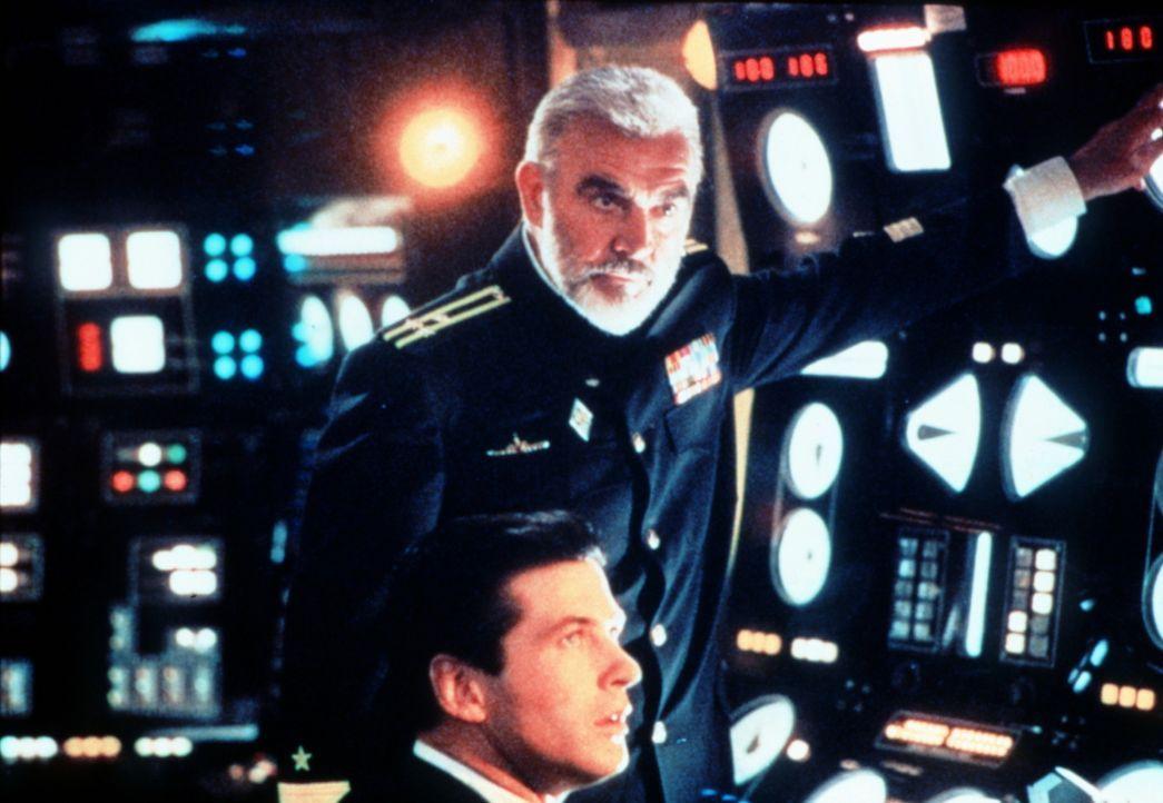 CIA-Mann Jack Ryan (Alec Baldwin, unten) ist felsenfest davon überzeugt, dass Ramius (Sean Connery, oben) überlaufen möchte - und das Atom-U-Boot... - Bildquelle: Paramount Pictures