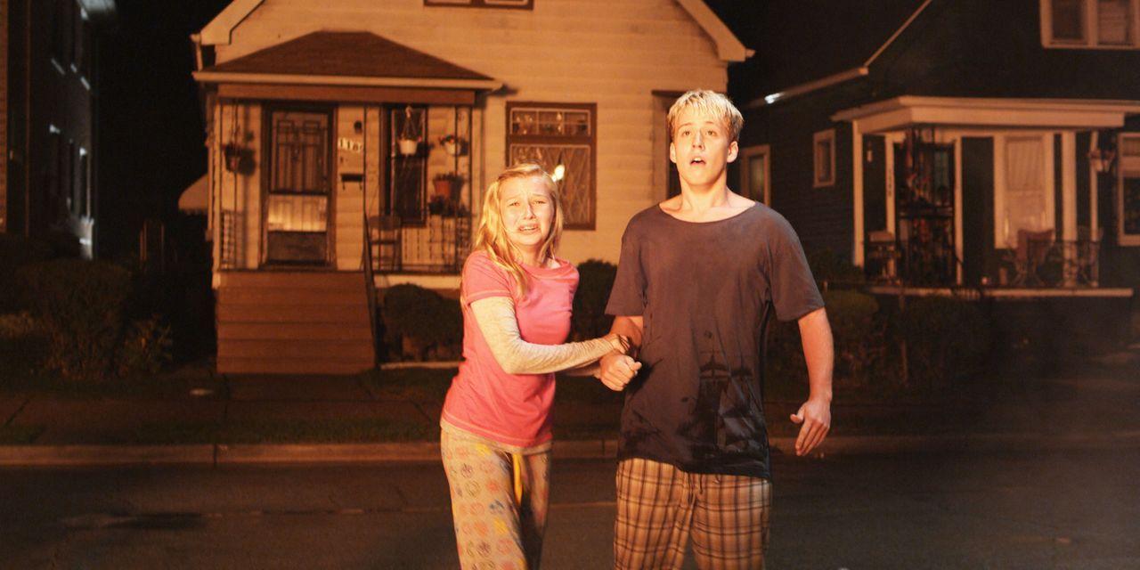 In letzter Sekunde kann Sam (Michael Paul Place, r.) seine Schwester Jenna (Catherine Towne, l.) retten, doch die Eltern kommen bei dem Brand ums Le... - Bildquelle: Flashback Films, LLC