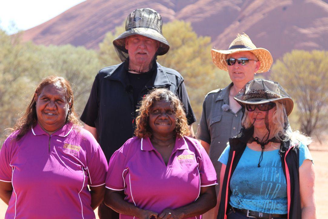 Entdecken die australische Kultur und helfen auch hier Tieren in Not: Tamme Hanken (hinten l.) und seine Frau Carmen (vorne r.) ... - Bildquelle: kabel eins