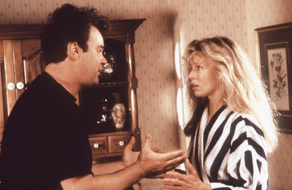Anfangs hat Celeste (Kim Basinger, r.) noch ihre Probleme mit den irdischen Dingen. Doch dank Steve (Dan Aykroyd, l.) gewöhnt sie sich schnell ein... - Bildquelle: Columbia Pictures