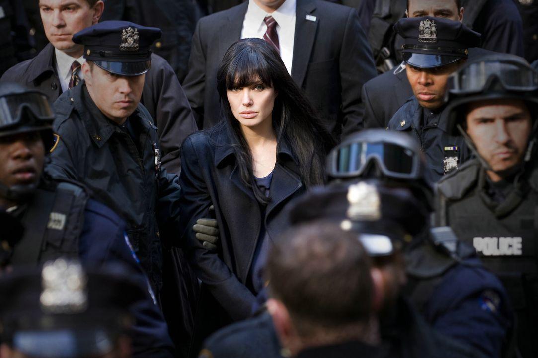 Eigentlich möchte die CIA-Agentin Evelyn Salt (Angelina Jolie, M.) nur einen wunderbaren Hochzeitstag mit ihrem Ehemann verbringen. Da beschuldigt e... - Bildquelle: 2010 Columbia Pictures Industries, Inc. and Beverly Blvd LLC. All Rights Reserved.