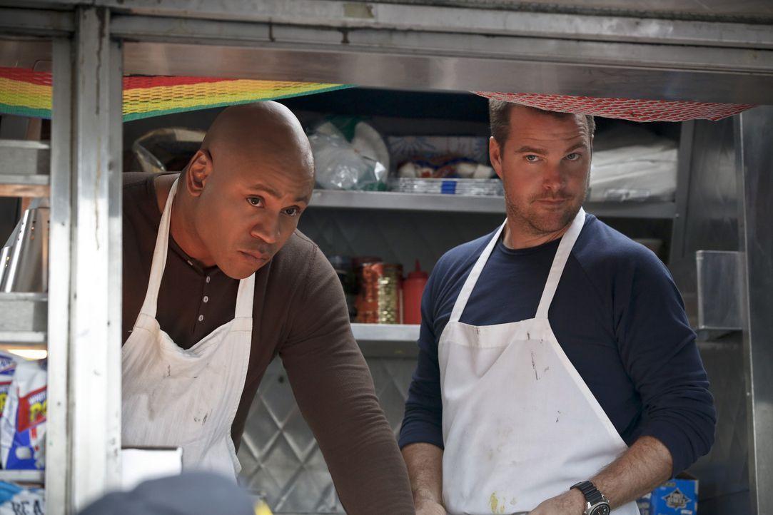 Ermitteln undercover in einem neuen Fall: Callen (Chris O'Donnell, r.) und Sam (LL Cool J, l.) ... - Bildquelle: CBS Studios Inc. All Rights Reserved.
