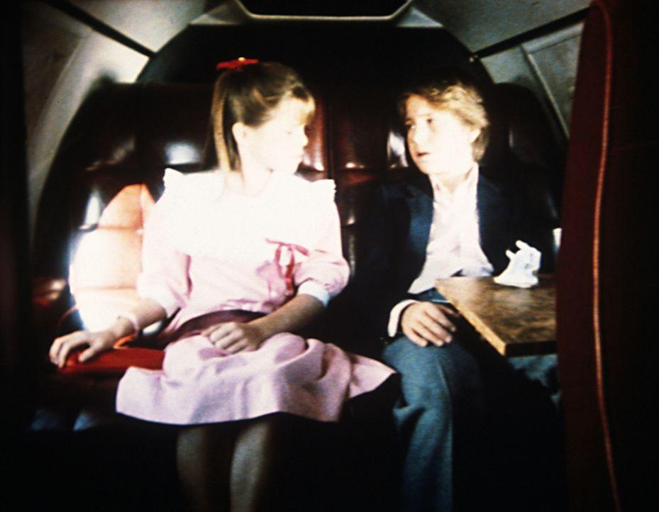 Brock (Bobby Jacobi, r.) und Karen (Emily Moultrie, l.), in der Privatmaschine ihres Vaters, freuen sich auf die Ferien mit ihm. - Bildquelle: Worldvision Enterprises, Inc.
