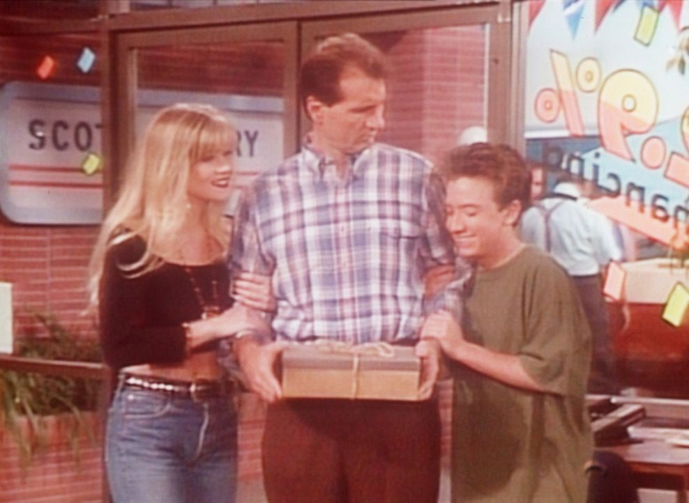 Bud (David Faustino, r.) und Kelly (Christina Applegate, l.) können es kaum fassen, dass Al (Ed O'Neill, M.) 5.000 Dollar in einem Schuhkarton geho... - Bildquelle: Columbia Pictures