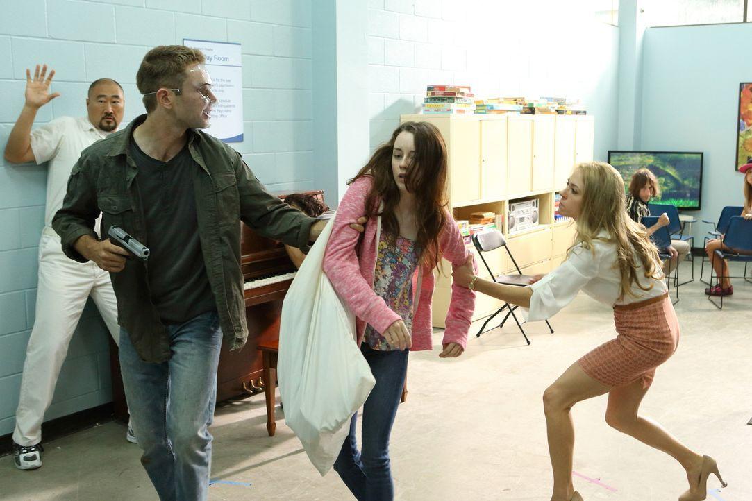 Dr. Clara Malone (Brooke Nevin, r.) kann nicht verhindern, dass ein Bewaffneter eine bipolare Patientin aus der Klinik entführt ... - Bildquelle: BetaFilm