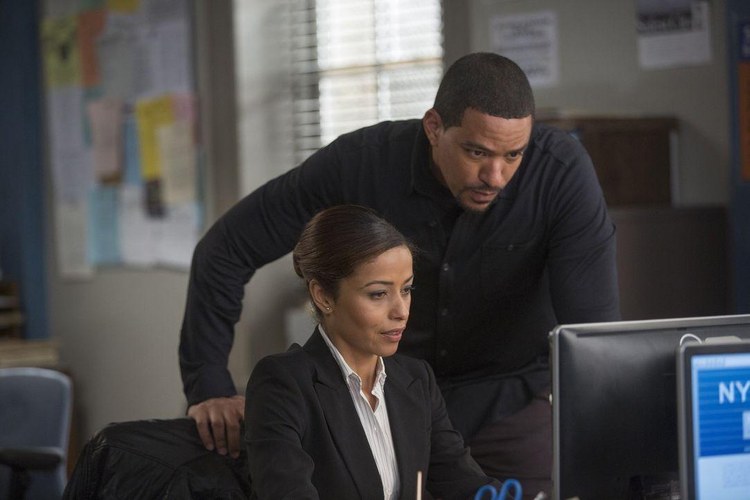Bei den Ermittlungen muss Billy (Laz Alonso, r.) mit Special Agent Barrington (Meta Golding, l.) zusammenarbeiten ... - Bildquelle: Warner Bros. Entertainment, Inc.