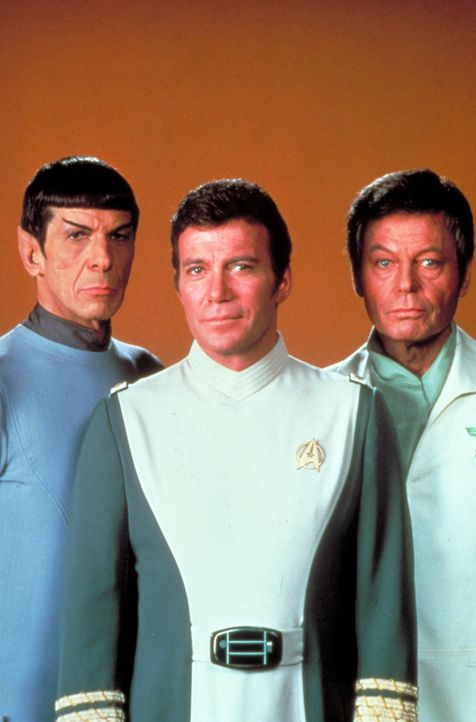 "Nach anfänglichen Schwierigkeiten raufen sich Captain James T. Kirk (William Shatner, M.), Cmdr. Spock (Leonard Nimoy, l.) und Cmdr. ""Scotty"" Scott... - Bildquelle: Paramount Pictures"
