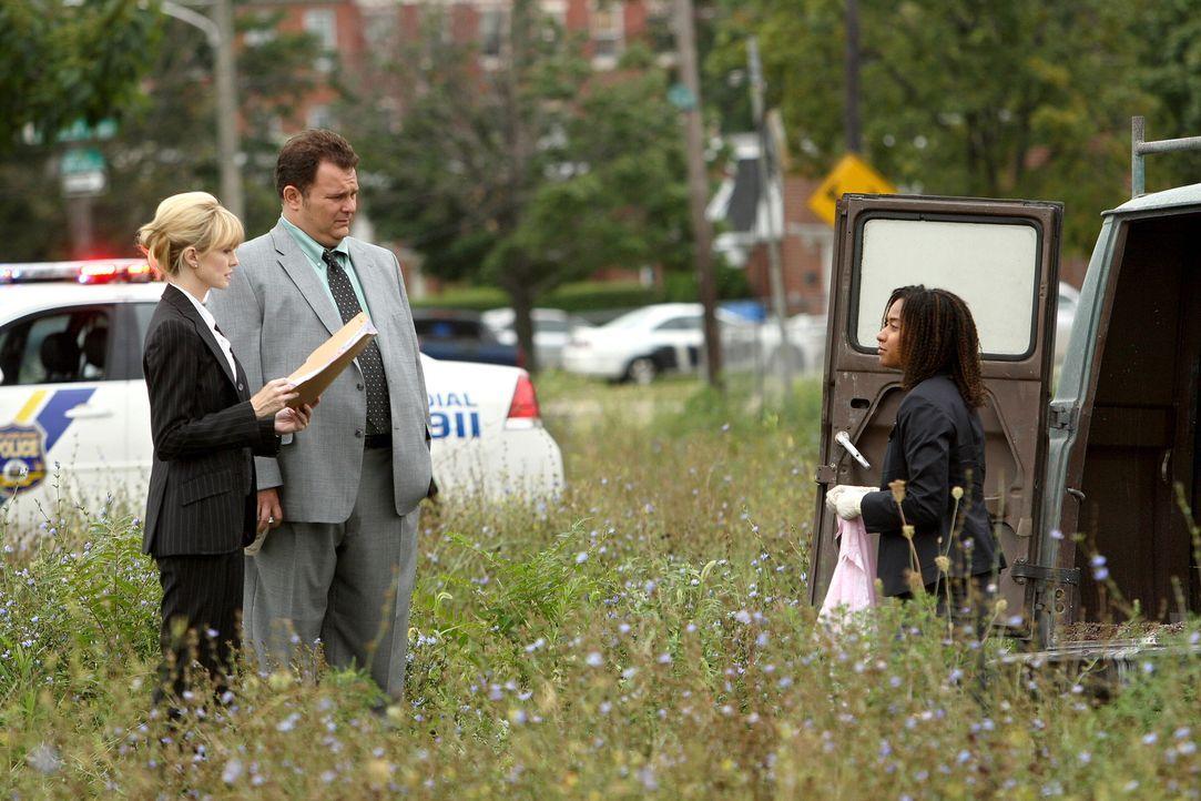 Ein noch ungeklärter Mordfall beschäftigt Lilly Rush (Kathryn Morris, l.),  Kat Miller (Tracie Thoms, r.) und Nick Vera (Jeremy Ratchford, M.) ... - Bildquelle: Warner Bros. Television