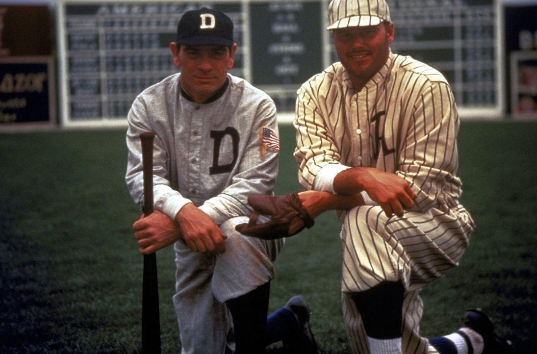 Ty Cobb (Tommy Lee Jones, l.) ist einer der größten Baseballspieler aller Zeiten - aber sein Charakter lässt sehr zu wünschen übrig ... - Bildquelle: Warner Bros.