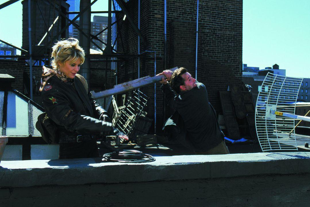Vom Hausdach gegenüber gelingt es Maggie (Meg Ryan, l.) und Sam (Matthew Broderick, r.), Einsicht in das Liebesnest von Linda und Anton zu bekommen... - Bildquelle: Warner Brothers International