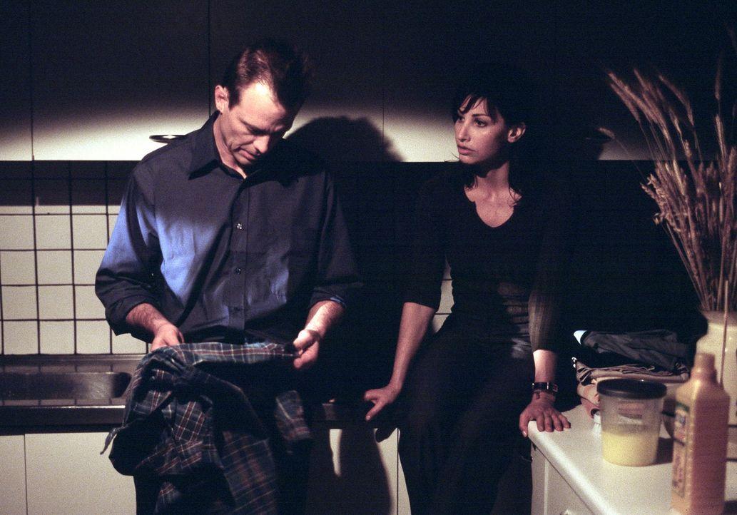 Als man im Stacheldrahtzaun vom Haus ihres Mannes einen Fetzen von ihrem Lieblingshemd findet, gerät Detective Macy Kobacek (Michael Biehn, l.) unt... - Bildquelle: ApolloMedia