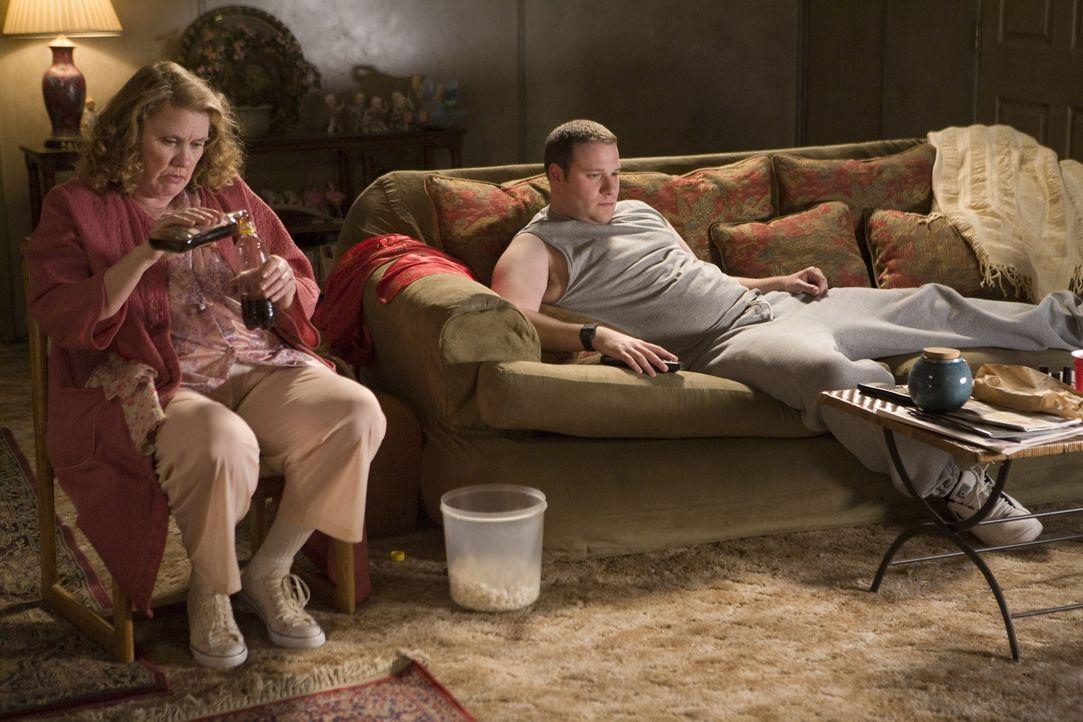 Hatte noch nie eine Freundin und lebt mit seiner Alkoholiker-Mutter (Celia Weston, l.) zusammen: Kaufhaus-Wachmann Ronnie (Seth Rogen, r.), der über... - Bildquelle: Warner Brothers