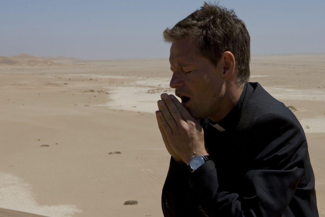 Der kalte und berechnende Priester Thadeus (Steffen Wink) ist Kardinal Rhades bedingungslos ergeben und sogar bereit, für ihn zu morden. Unermüdlich... - Bildquelle: Olaf R. Benold ProSieben
