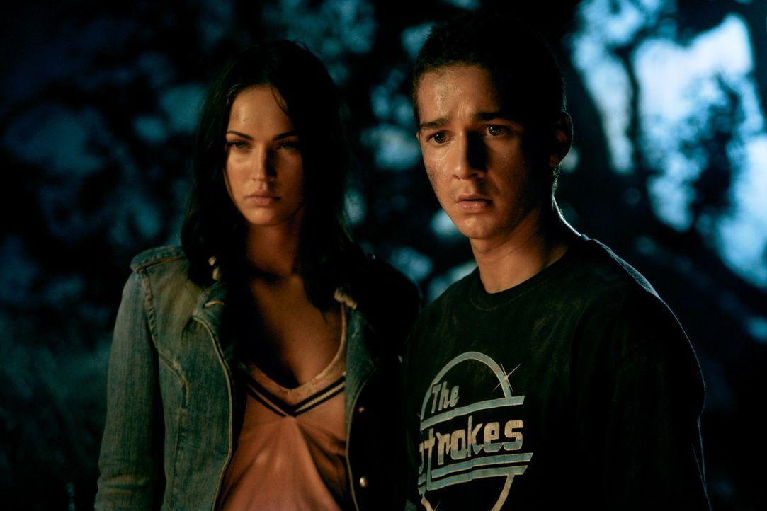 Sam (Shia LaBeouf, r.) würde alles für die schöne Mikaela (Megan Fox, l.) geben. Mit seinem neuen Auto, stehen die Chancen nicht schlecht, denn das... - Bildquelle: 2008 DREAMWORKS LLC AND PARAMOUNT PICTURES CORPORATION. ALL RIGHTS RESERVED.