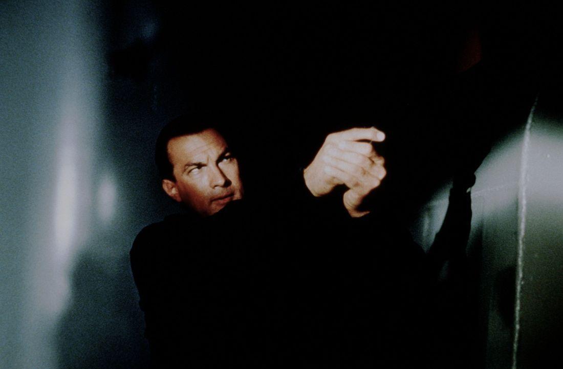 """""""Ich bin nur der Koch!"""" Doch die Terroristen lernen schnell, dass sie Casey Ryback (Steven Seagal) besser nicht in die Suppe gespuckt hätten, denn... - Bildquelle: Warner Bros."""