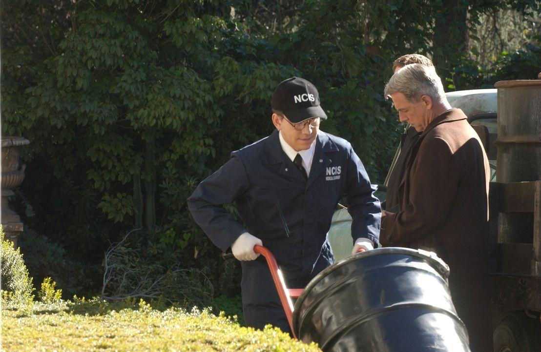 Noch ahnt Gibbs (Mark Harmon, r.) nicht, was in den Fässern ist, die von Jimmy Palmer (Brian Dietzen, l.) geliefert werden ... - Bildquelle: CBS Television
