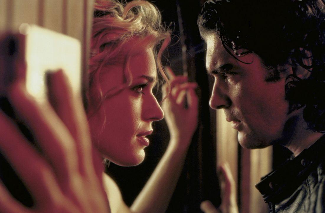 Mittlerweile ist Meisterdiebin Laure Ash (Rebecca Romijn-Stamos, l.) Ehefrau des US-Attachés in Paris. Da wird sie von Nicolas Bardo (Antonio Bande... - Bildquelle: Epsilon Motion Pictures