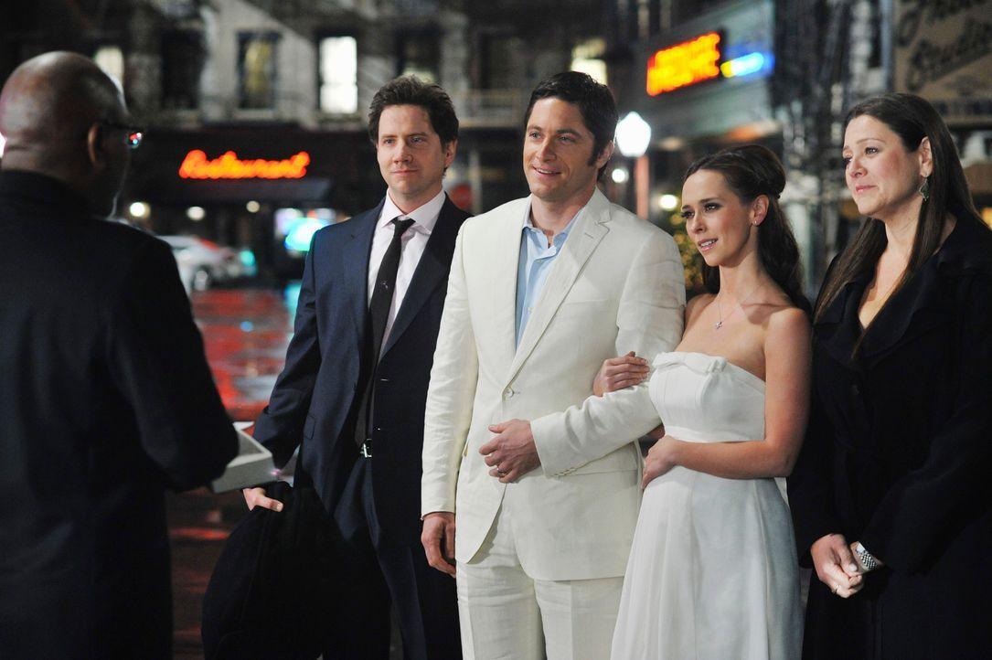 Jim (David Conrad, M.) überrascht Melinda (Jennifer Love Hewitt, 2.v.r.) mit einer kleinen Hochzeitsfeier an der sonst nur der Pfarrer (Alfonso Free... - Bildquelle: ABC Studios