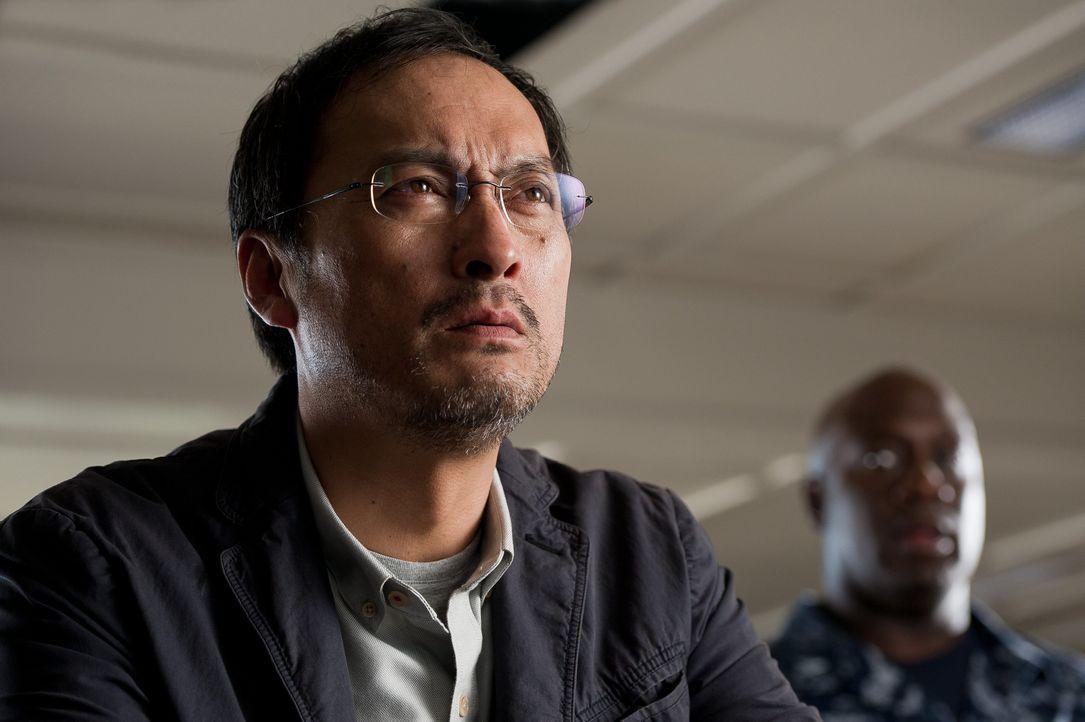Während das Militär fest davon überzeugt ist, dass Godzilla Böses plant, ahnt Dr. Ichiro Serizawa (Ken Watanabe), dass diese Riesenechse die Macht h... - Bildquelle: 2014 © Warner Bros.