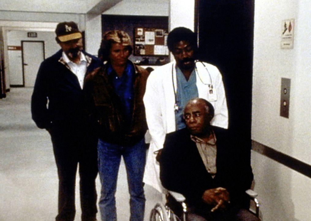 Mark (Victor French, l.), Jonathan (Michael Landon, 2.v.l.) und Dr. Sims (James Reynolds, 2.v.r.) kümmern sich um den herzkranken Dr. Hudsbeth (Ros... - Bildquelle: Worldvision Enterprises, Inc.