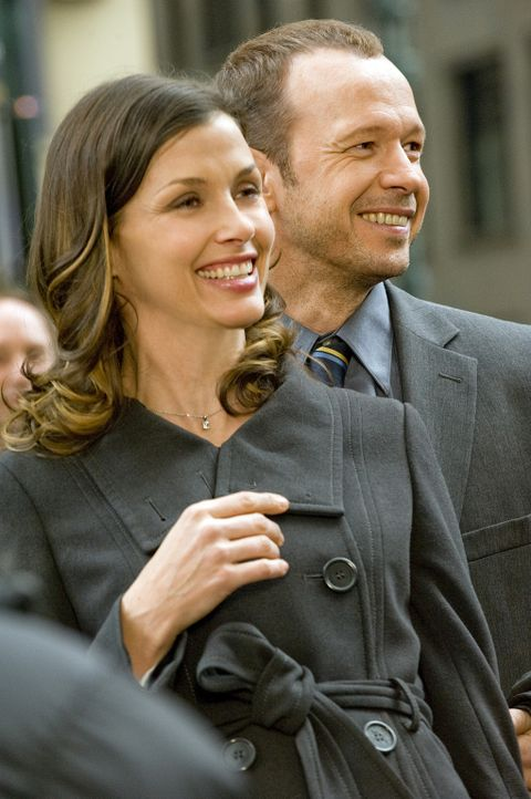 Erin (Bridget Moynahan, l.) und Danny (Donnie Wahlberg, r.) feiern mit ihrem gemeinsamen Bruder die Aufnahme ins New York Police Department. - Bildquelle: 2010 CBS Broadcasting Inc. All Rights Reserved