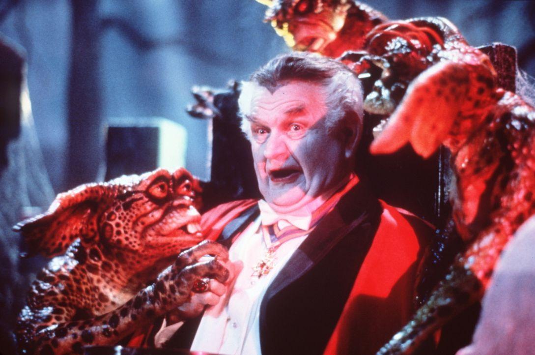 Den verrückten Fred (Robert Prosky) schließen die Gremlins sofort in ihre kleinen, schwarzen Herzen. Unter ihrem Anführer dem Brain-Gremlin wollen s... - Bildquelle: Warner Bros.