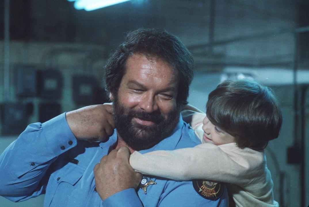 Ein unschlagbares Team: Sheriff Craft (Bud Spencer, l.) und sein außerirdischer Pflegesohn Charly (Cary Guffey, r.) ... - Bildquelle: Leone Film