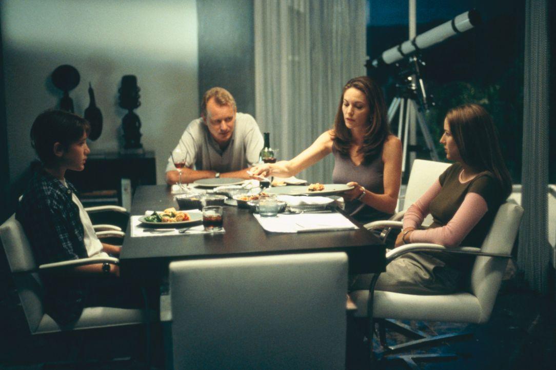 Der Schein trügt: (v.l.n.r.) Rhett (Trevor Morgan), Grace (Rita Wilson), ihr Mann Dave Baker (Michael O'Keefe) und Ruby (Leelee Sobieski) ... - Bildquelle: 2003 Sony Pictures Television International. All Rights Reserved.