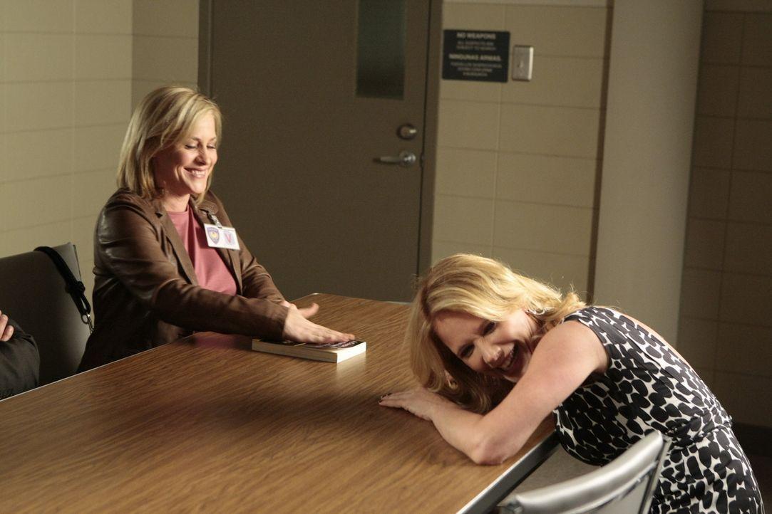 """Patricia Arquette (l.) und ihre Schwester Rosanna (r.) bei den Dreharbeiten zu """"Medium"""". - Bildquelle: Paramount Network Television"""