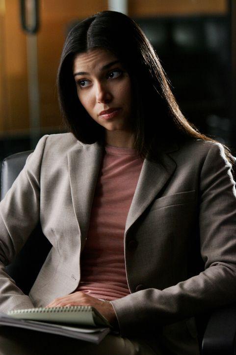 Gemeinsam mit ihrem Team versucht Elena (Roselyn Sanchez), den Fall der vor 7 Jahren verschwunden Skye zu lösen ... - Bildquelle: Warner Bros. Entertainment Inc.