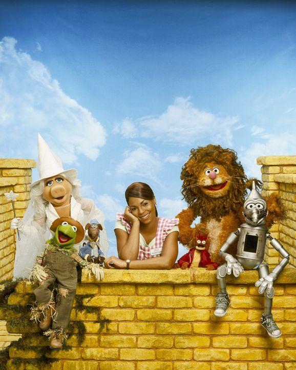 Eines Tages wird das junge Mädchen Dorothy Gale (Ashanti) von einem Tornado erfasst und ins ferne Land Oz gewirbelt. Dort trifft sie auf Munchkins... - Bildquelle: The Muppets Holding Company, LLC. MUPPETS characters and elements are trademarks of the Muppet Holding Company, LLC.  All rights reserved