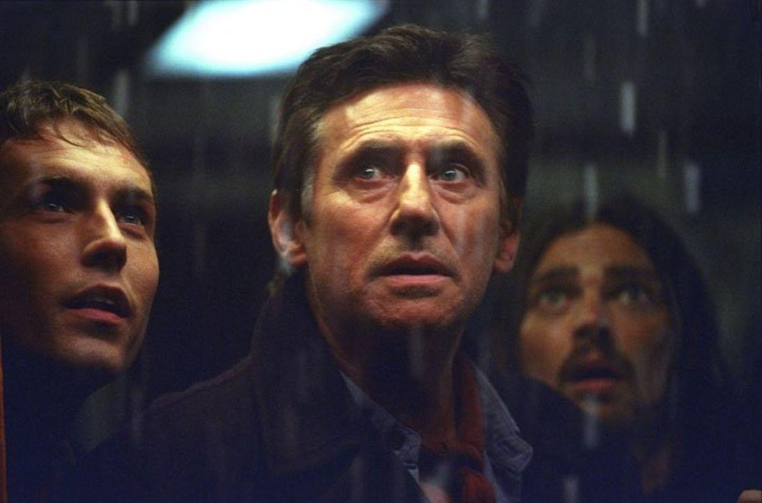 Als sie ein Wrack bergen wollen, erwartet Captain Murphy (Gabriel Byrne, M.) und sein Team ein entsetzliches Schicksal, denn das Schiff ist bevölker... - Bildquelle: Warner Brothers