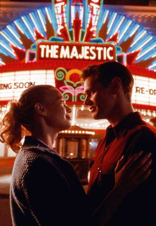 Mit seinem vermeintlichen Vater baut Peter (Jim Carrey, r.) das Kino des kleinen Ortes wieder auf. Als er Adele (Laurie Holden, l.) kennen lernt, f - Bildquelle: Warner Bros. Pictures