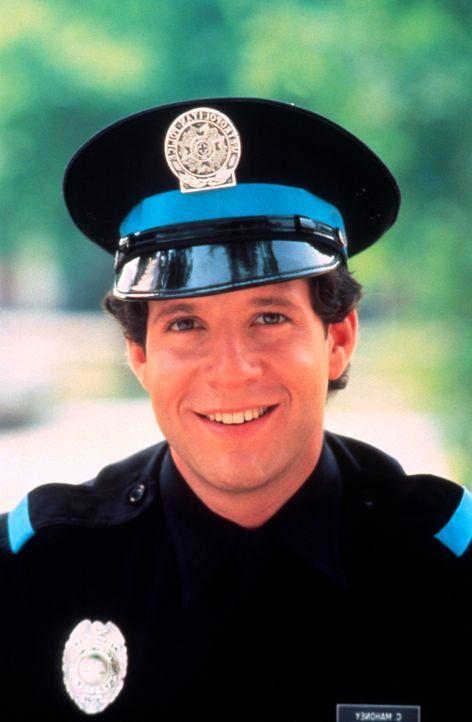 Carey Mahoney (Steve Guttenberg) muss aus 'Bewährungsgründen' die Polizeischule besuchen. Deshalb setzt er alles daran, so schnell wie möglich wiede... - Bildquelle: Warner Bros.