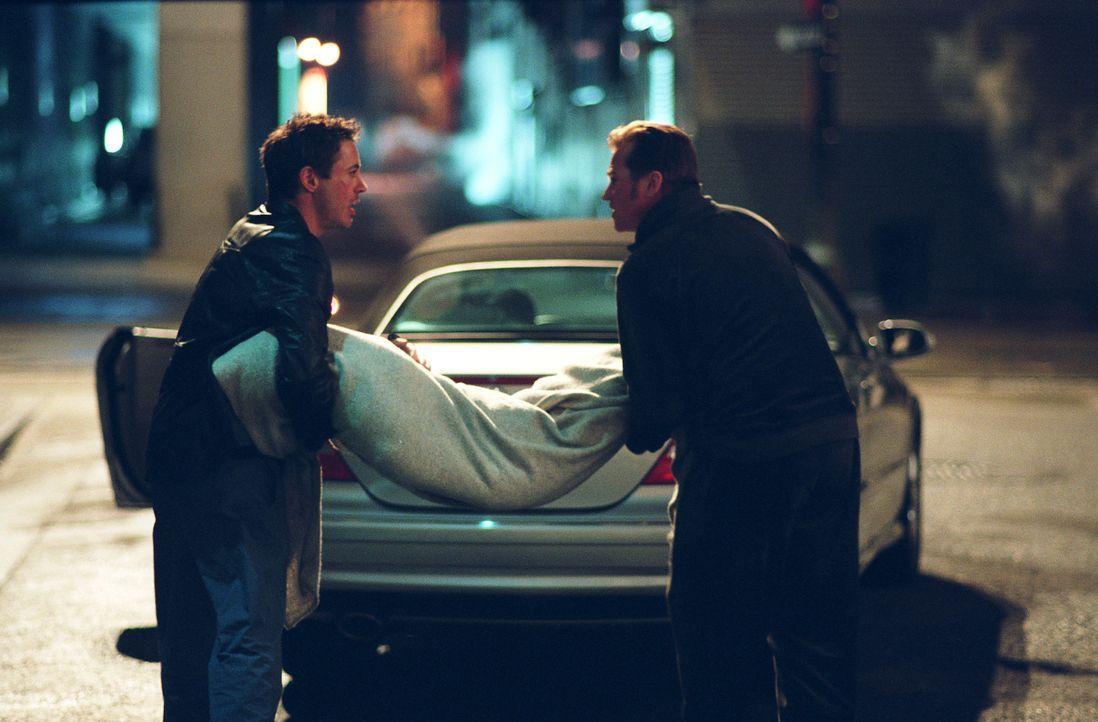 Harry (Robert Downey Jr., l.) und Perry (Val Kilmer, r.) können es nicht glauben, aber ihre Leichen wollen einfach nicht verschwinden, sondern tauch... - Bildquelle: 2015 © Warner Brothers