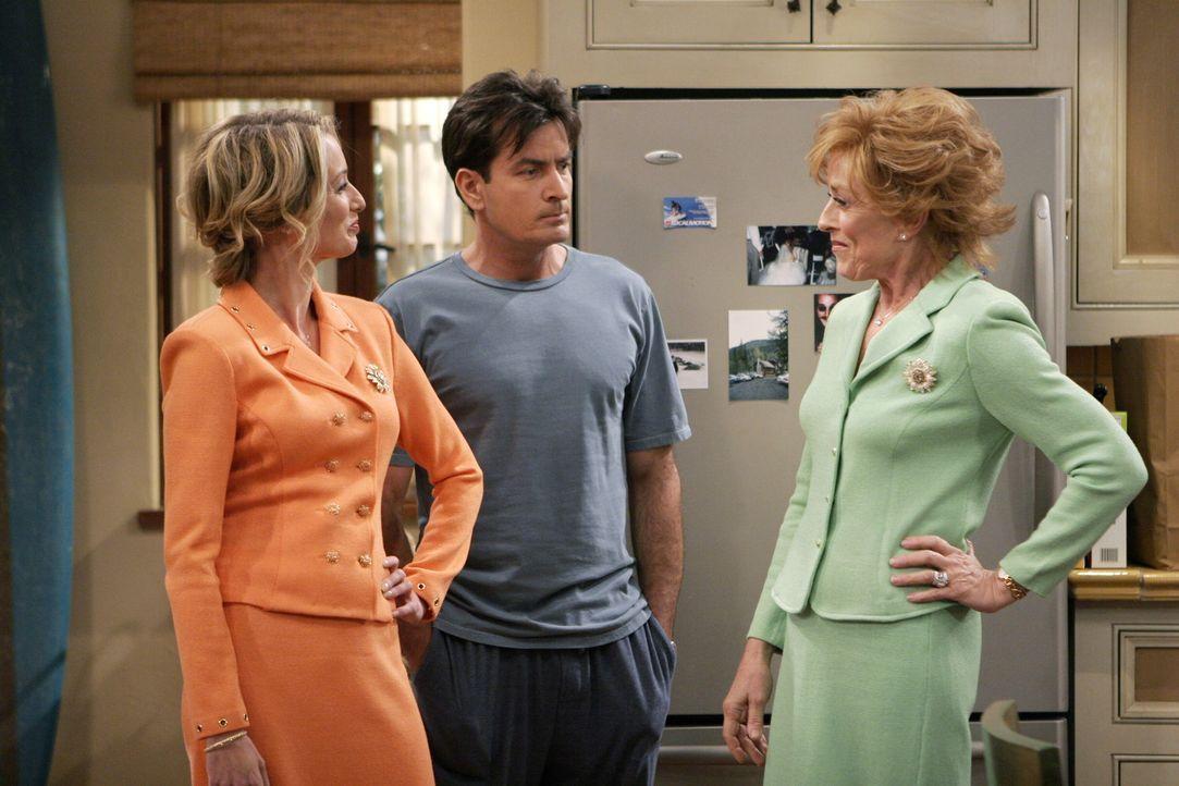Alan vertritt die Theorie, dass Charlie (Charlie Sheen, M.) einen Mutterkomplex zu überwinden sucht, indem er mit vielen Frauen schläft, und sich... - Bildquelle: Warner Brothers Entertainment Inc.