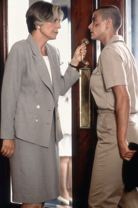 Die launische Senatorin Lilian DeHaven (Anne Bancroft, l.), die O'Neil (Demi Moore, r.) zu dem Posten bei der Elitetruppe verholfen hat, fällt ihr i... - Bildquelle: Buena Vista International