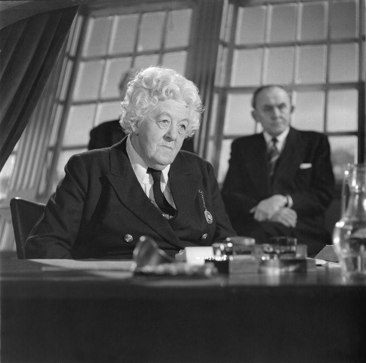 Ihr macht keiner was vor: Miss Marple (Margaret Rutherford) kennt auch auf hoher See keine Gnade und ist dem Mörder schon nach kurzer Zeit auf der S... - Bildquelle: Warner Brothers