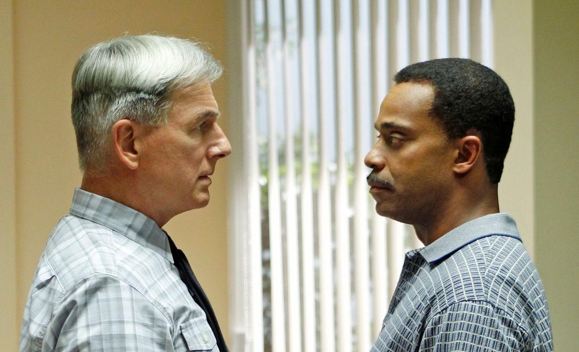 Rückblick auf einen Auftrag vor 20 Jahren: Gibbs (Mark Harmon, l.) und Leon Vance (Rocky Carroll, l.) ... - Bildquelle: CBS Television