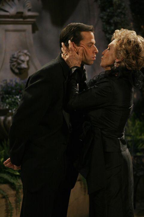 Nachdem Alan (Jon Cryer, l.) Norma (Cloris Leachman, r.) zu ihrem Friseurtermin gefahren hat, macht sie ihm ein Angebot, das er annimmt ... - Bildquelle: Warner Brothers Entertainment Inc.