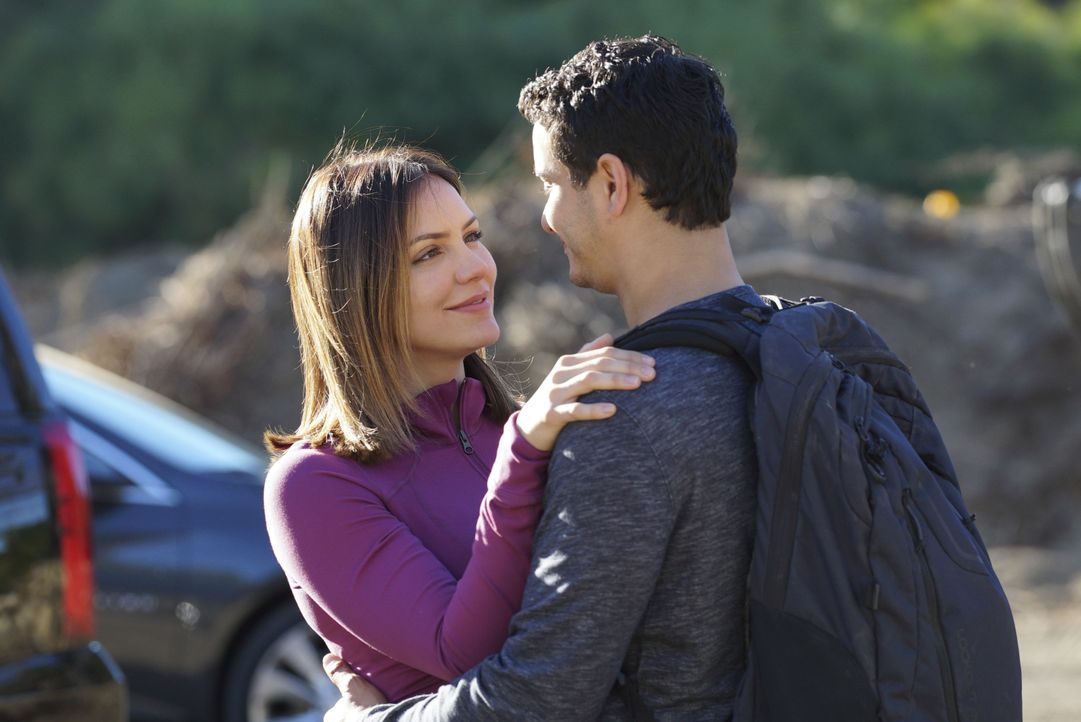 Noch ahnt Paige (Katharine McPhee, l.) nicht, dass sein Nahtod-Traum Walter (Elyes Gabel, r.) mehr und mehr dazu veranlasst, über Florence nachzuden... - Bildquelle: Richard Cartwright 2017 CBS Broadcasting, Inc. All Rights Reserved. / Richard Cartwright