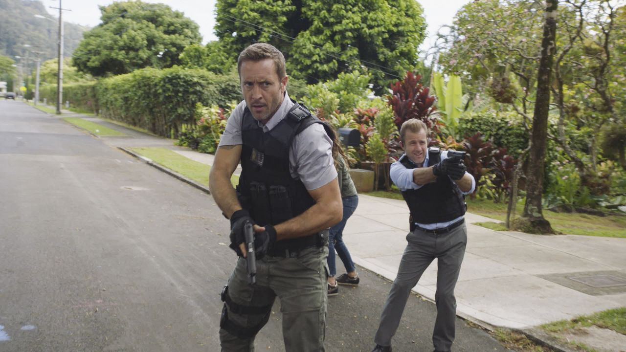 Bei der Verfolgungsjagd auf den Brandstifter entgeht dieser dem Hawaii Five-0 Team (Scott Caan, l. u. Alex O'Loughlin, r.) nur knapp. Doch der Fluch... - Bildquelle: 2017 CBS Broadcasting Inc. All Rights Reserved.
