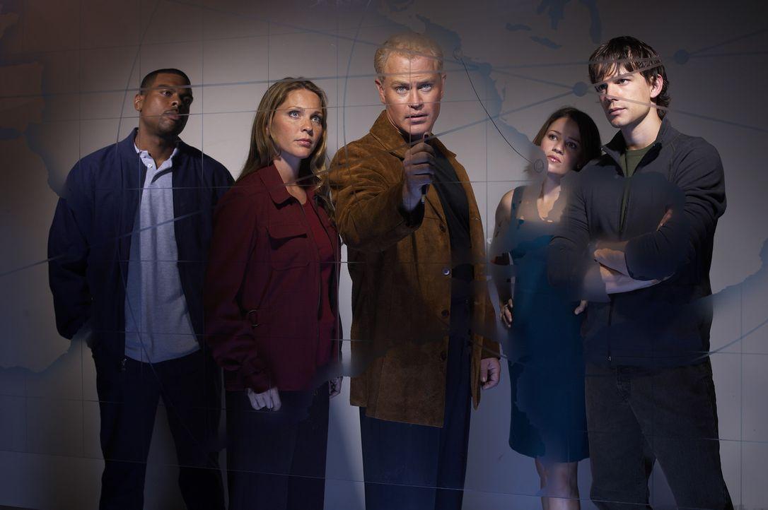 (1. Staffel) - Das Team der Gesundheitsbehörde: Dr. Stephen Connor (Neal McDonough, M.), Dr. Natalie Durant (Kelli Williams, 2.v.l.), Frank Powell... - Bildquelle: CBS Television