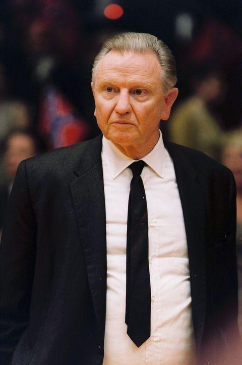 Der Coach der Kentucky Wildcats, Adolph Rupp (Jon Voight), hat nicht nur viele Erfolge vorzuweisen, sondern auch den festen Glauben an die Überlegen... - Bildquelle: Disney Enterprises, Inc / Bruckheimer Films.  All rights reserved