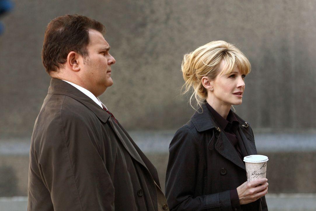 In zäher Kleinarbeit gelingt es Lilly (Kathryn Morris, r.) und Nick (Jeremy Ratchford, l.) allmählich, das Dickicht aus zerrütteten Familien, Arbeit... - Bildquelle: Warner Bros. Television