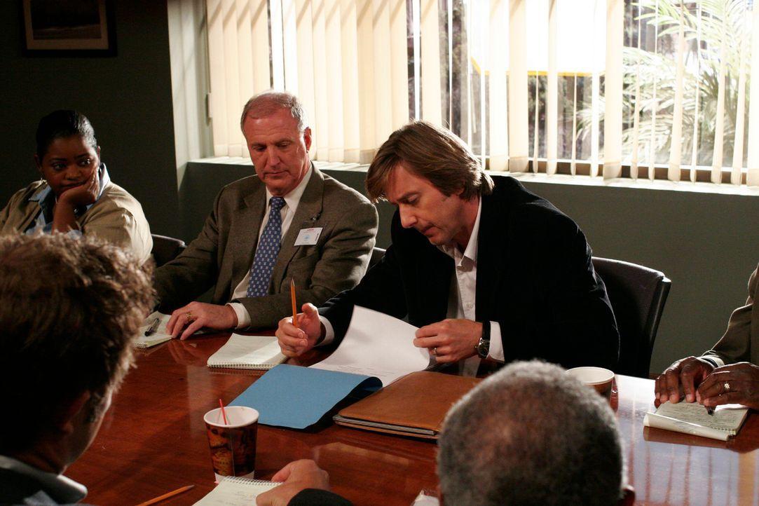 Joe (Jake Weber, r.) muss vor Gericht als Geschworener auftreten ... - Bildquelle: Paramount Network Television