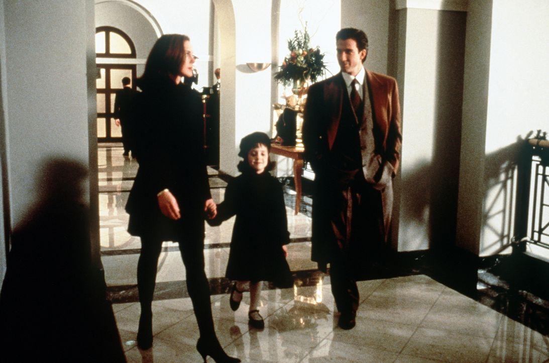 Die kleine Susan (Mara Wilson, M.) würde gerne ihre Mutter (Elizabeth Perkins, l.) mit dem netten Anwalt Bryan Bedford (Dylan McDermott, r.) verkupp... - Bildquelle: 20th Century Fox