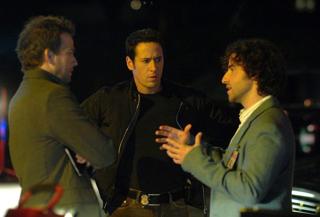 Die Milliarden-Dollar-Erbin Ella Pierce ist offenbar entführt worden. Don (Rob Morrow, M.), Charlie (David Krumholtz, r.) und Jeff Upchurch (Sean P... - Bildquelle: Paramount Network Television