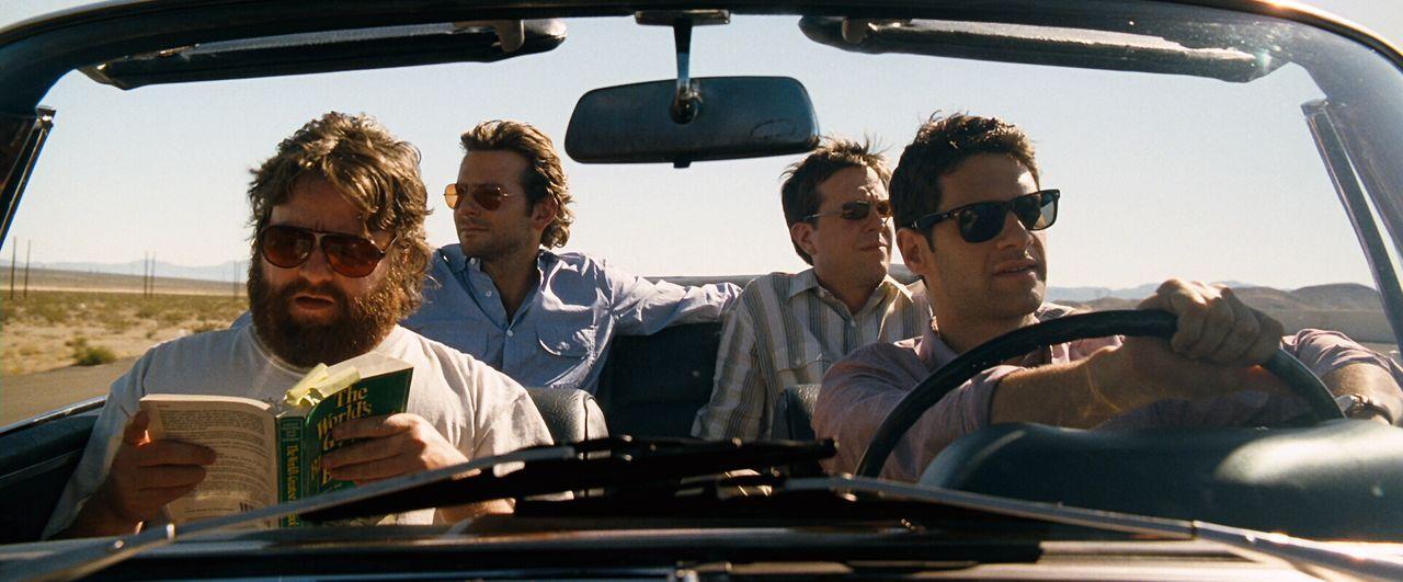 Doug (Justin Bartha, r.) steht kurz vor der Heirat. Bevor die Falle zuschnappt, will er noch einmal so richtig einen draufmachen. Er fährt mit seine... - Bildquelle: Warner Brothers