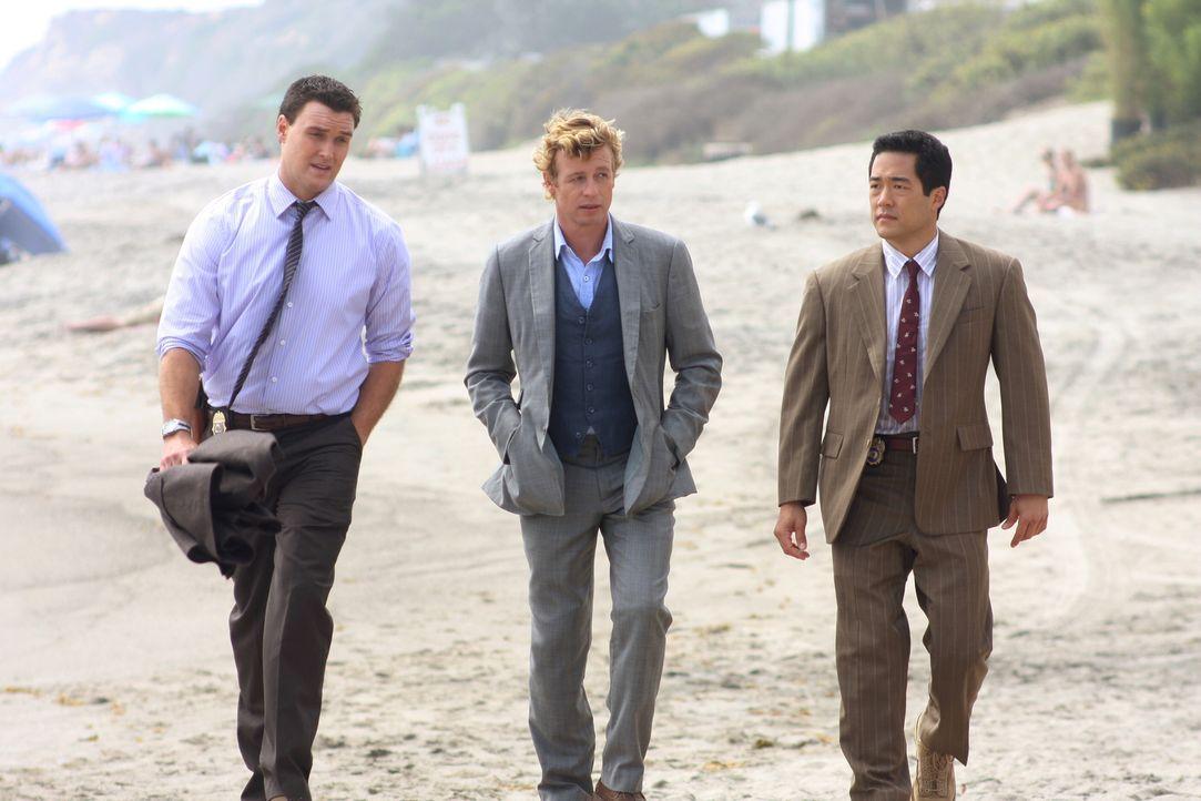 Als die Leiche eines Mädchen am Strand gefunden wird, werden Patrick Jane (Simon Baker, M.) und seine Kollegen Wayne Rigsby (Owain Yeoman, l.) und K... - Bildquelle: Warner Bros. Television